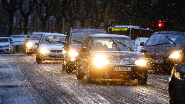 Una intensa nevada cae desde primeras horas de la mañana sobre Vitoria