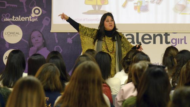 La investigadora Gloria López participa en una sesión del proyecto «Stem Talent Girl»