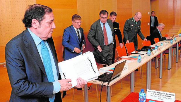 Sáez, junto a miembros del Observatorio al que ayer se incorporó a la Policía Nacional y la Guardia Civil