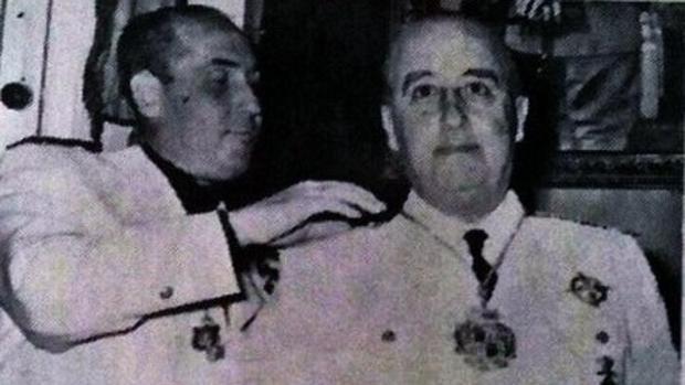 Francisco Franco recibe la medalla de oro de Almadén en 1955