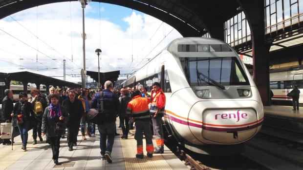 Un tren de media distancia, en la estación de Santiago de Compostela