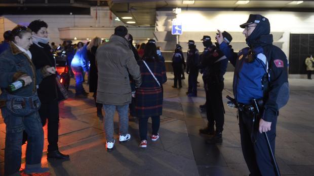 LA fila de policías, en el control de la calle de Preciados