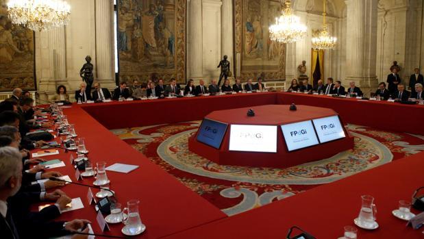 Los Reyes presiden en el Palacio Real a los miembros del patronato de la Fundación Princesa de Gerona