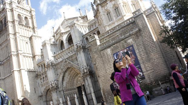 Una turista en la plaza del Ayuntamiento de Toledo