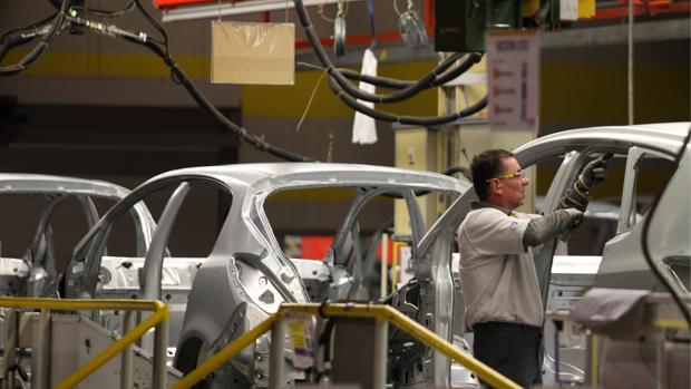 Cadena de montaje de Opel en Figueruelas (Zaragoza), factoría que da trabajo a 5.300 personas y a miles más en empresas auxiliares