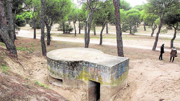 Uno de los fortines de hormigón, también conocidos como «de ojo de cerradura» por su forma, en Navalcarbón