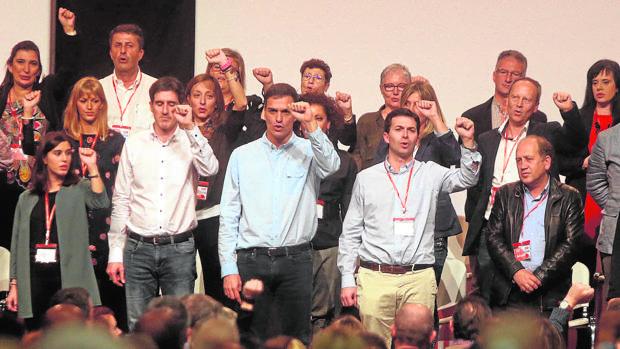 Gonzalo Caballero con Pedro Sánchez y el resto de su ejecutiva durante el último Congreso del PSdeG
