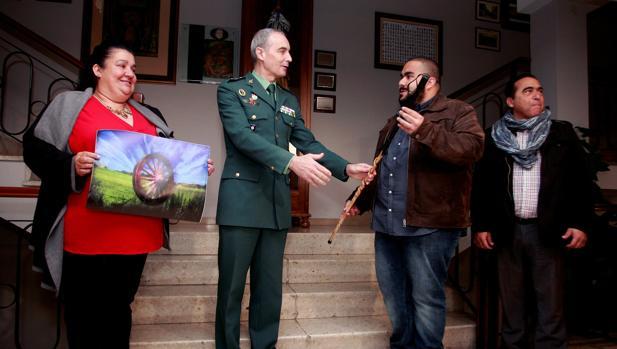 Entrega del bastón representativo de la comunidad gitana en reconocimiento a la labor realizada por la Guardia Civil