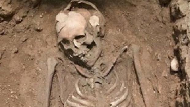 Imagen del esqueleto de la mujer enterrada hallada en las excavaciones de una plaza de Valencia