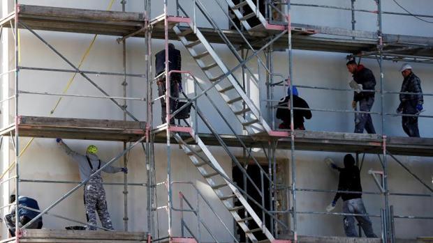 Obreros trabajando en la fachada de un edificio