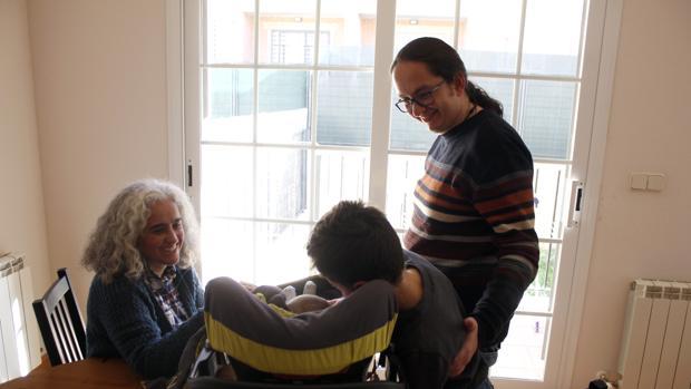 Susana y Miguel Ángel, junto a sus dos hijos -uno de ellos de acogida- en su domicilio familiar