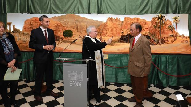El presidente de la Diputación, el Obispo y el vicepresidente de la asociación de belenistas, en la inauguración