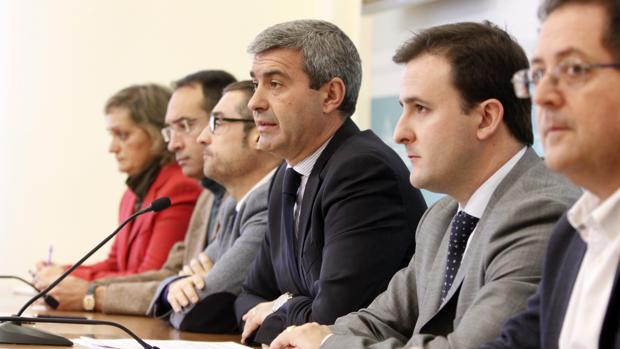Álvaro Gutiérrez, en el centro, rodeado de su equipo de gobierno