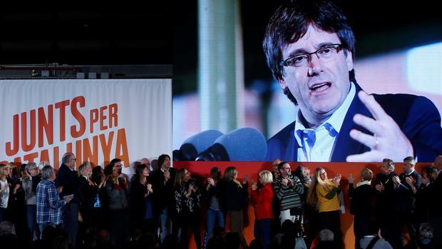 Carles Puigdemont, durante su discurso a través de una pantalla en el acto de apertura de campaña de Junts per Catalunya