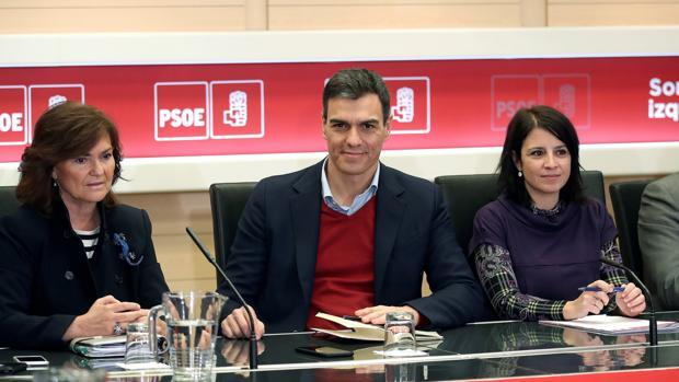 Pedro Sánchez junto a Carmen Calvo y Adriana Lastra en una reunión celebrada hoy con investigadores universitarios