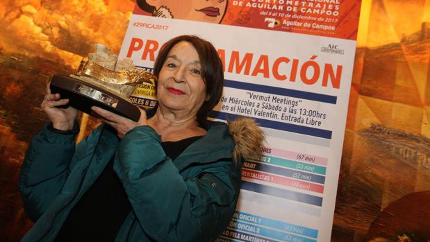 La actriz Petra Martínez posa con el Águila de Oro
