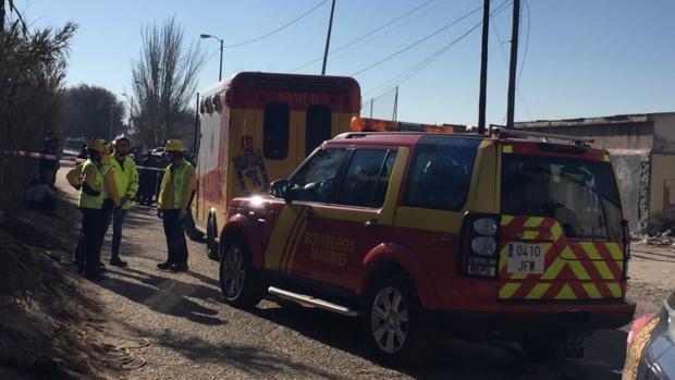 Varias ambulancias asisten a los afectados, ayer en la Cañada Real