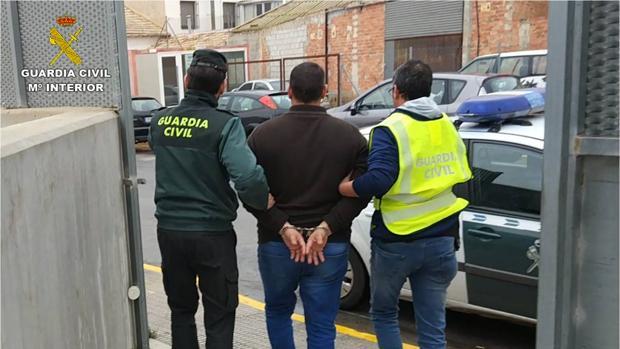 Imagen del traslado del detenido