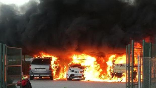 Los tres vehículos en llamas en el aparcamiento de la AP-7 en Villajoyosa (Alicante)