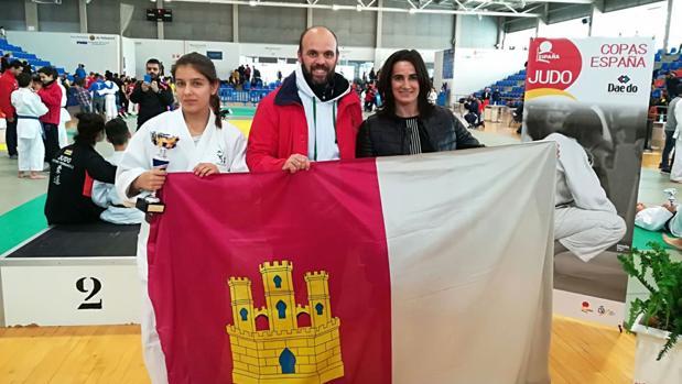 Katerina, junto con su entrenador Felipe Fernández e Isabel Fernández