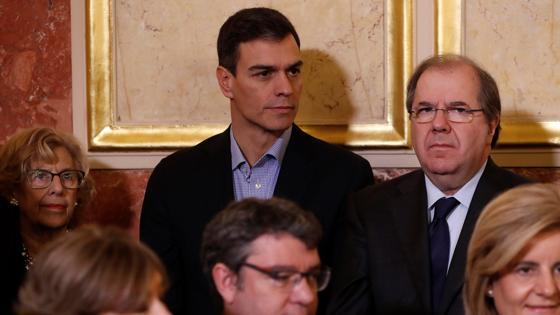 El secretario general del PSOE, Pedro Sánchez (arriba en el centro), el presidente de la Junta de Castilla y León, Juan Vicente Herrera (arriba a las derecha) y la alcaldesa de Madrid, Manuel Carmena (izquierda)
