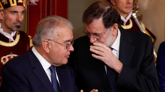 Rajoy (izquierda) y el presidente del Tribunal Constitucional, Juan José González Riva