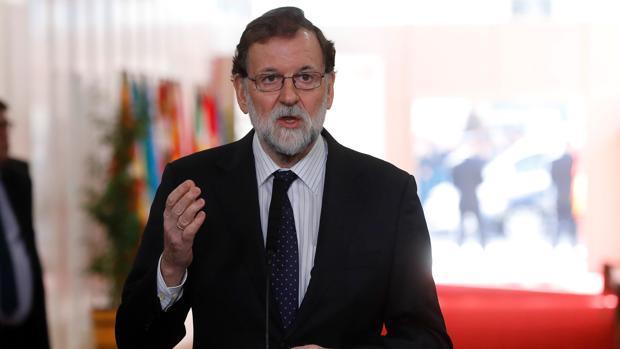 El presidente del Gobierno, Mariano Rajoy, durante las declaraciones que realizó a su llegada a la recepción que se celebra en el Congreso