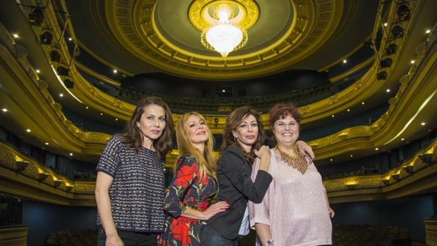 Las acrices Fabiola Toledo, Ana Obregón, Elisa Mantilla y Teté Delgado, en la presentación de la comedia «Sofocos Plus» en el Teatro Principal