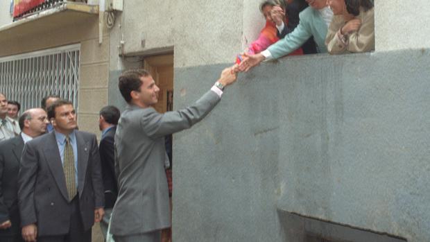 Miguel Herráiz vela por la seguridad de Don Felipe, en una imagen de archivo de 1996