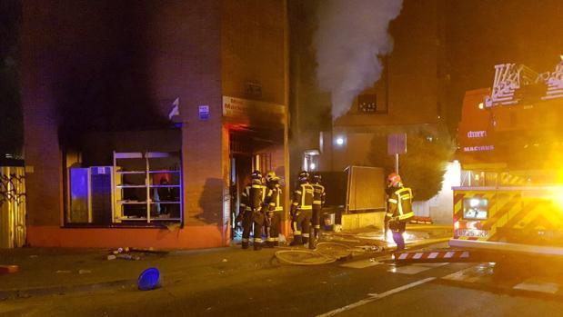 Los bomberos acuden a sofocar el incendio en el local de la calle de Alicante