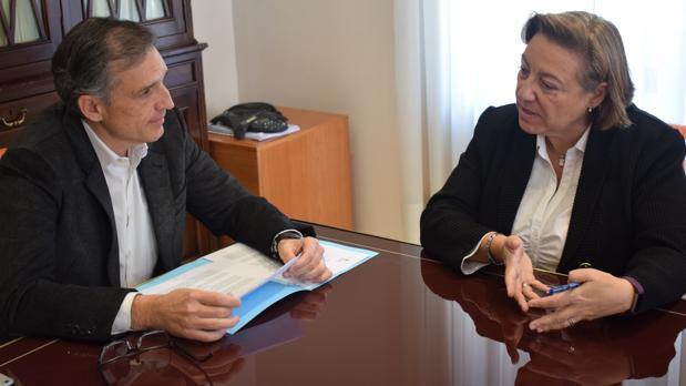 Francisco Bartual y Tonia Salinas, en la firma del convenio