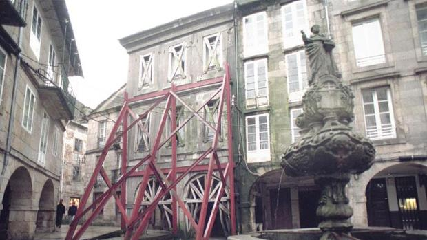 Edificio apuntalado en la zona vieja de Lugo