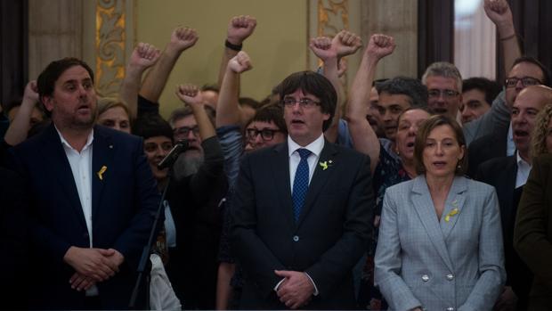 Junqueras, Puigdemont y Forcadell, en una de las exhibiciones independentistas que protagonizaron en el Parlamento catalán
