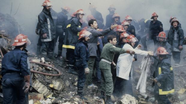 El rescate de muertos y heridos de entre los escombros se prolongó durante horas