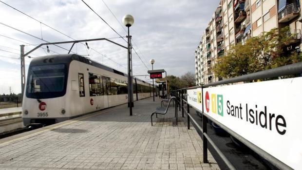 Un convoy de Metrovalencia detenido en una estación de la red