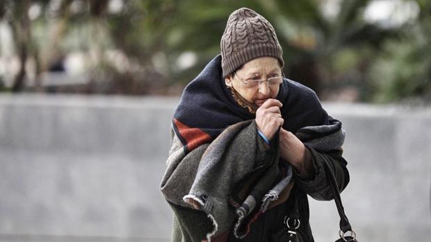 Una mujer se protege del frío en Valencia