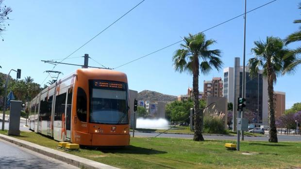 Un tranvía del TRAM circulando por Alicante