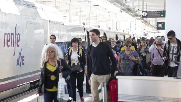 Viajeros del AVE Madrid-Valencia en la estación levantina