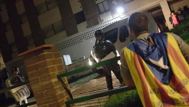 Manifestantes protestan delante del cuartel de la Guardia Civil en Calella