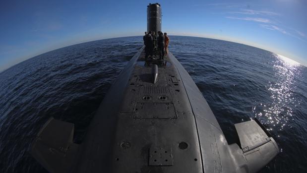 Imagen de buzos en la cubierta del submarino S-73 «Mistral», en aguas del Mediterráneo