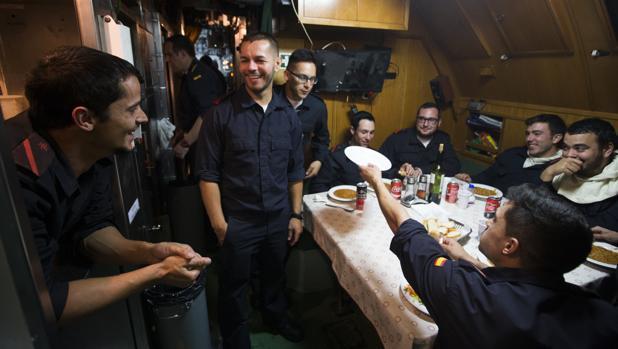Algunos marinos del submarino «Mistral» bromean en la hora del almuerzo