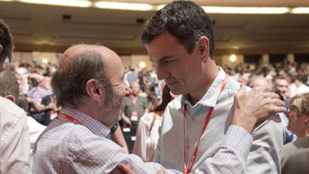 Pérez Rubalcaba se abrazó al federalismo y Pedro Sánchez ha dado el salto al Estado «plurinacional»