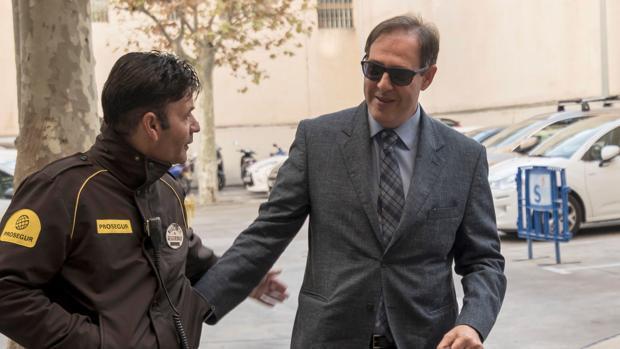 El magistrado de Instrucción número 12 de Palma, Manuel Penalva (derecha)