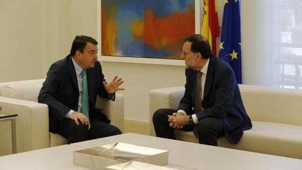 El portavoz del PNV, Aitor Esteban, y el presidente del Gobierno, Mariano Rajoy, el pasado mes de julio en La Moncloa
