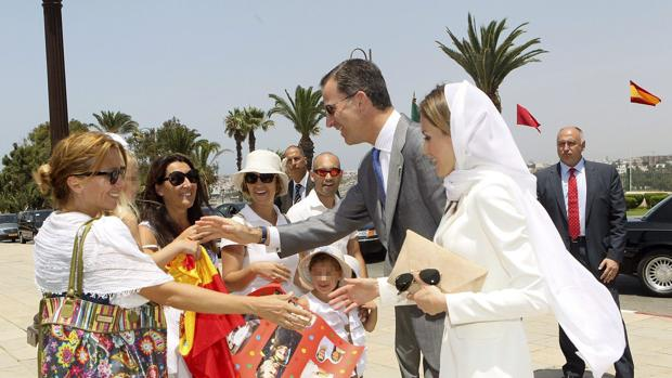 Los Reyes Felipe VI y Letizia saludan a unos turistas, en el Mausoleo de Mohamed VI, en Rabat, en 2014