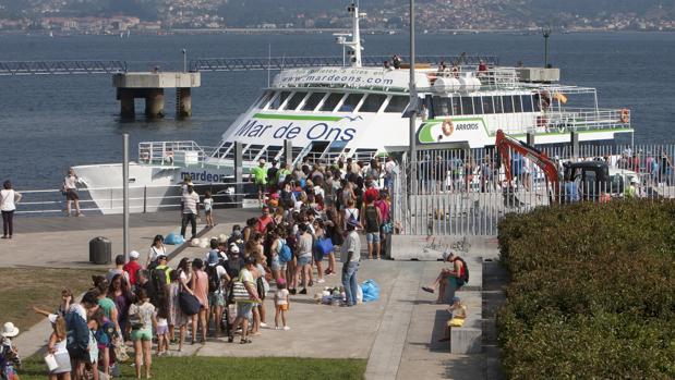 Pasajeros embarcando en Vigo con rumbo a Cíes
