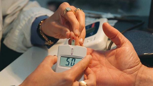 Aparato utiliazado en una prueba de diabetes, en imagen de archivo