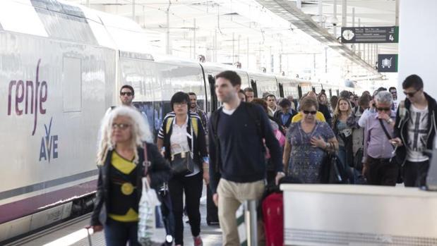 Viajeros del AVE en la estación de Valencia