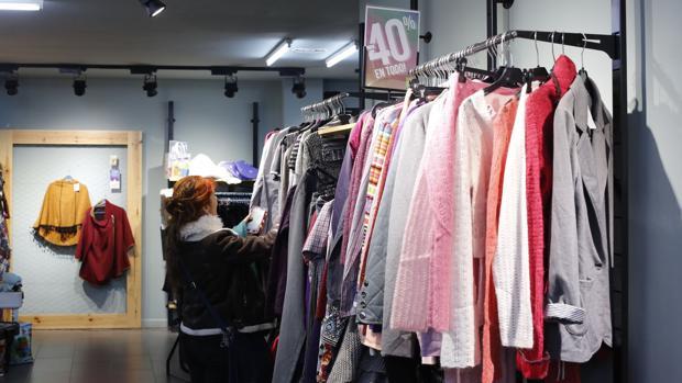 Una clienta en una tienda Koopera Store en rebajas