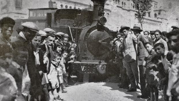 Vallisoletanos junto al mítico «Tren Burra», tras descarrilar una vez en el Paseo Zorrilla